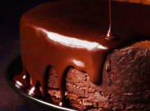 Bolo de chocolate levissimo com calda de vinho tinto
